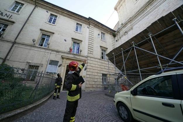 Crolla tetto aula Itis Fermo, no feriti