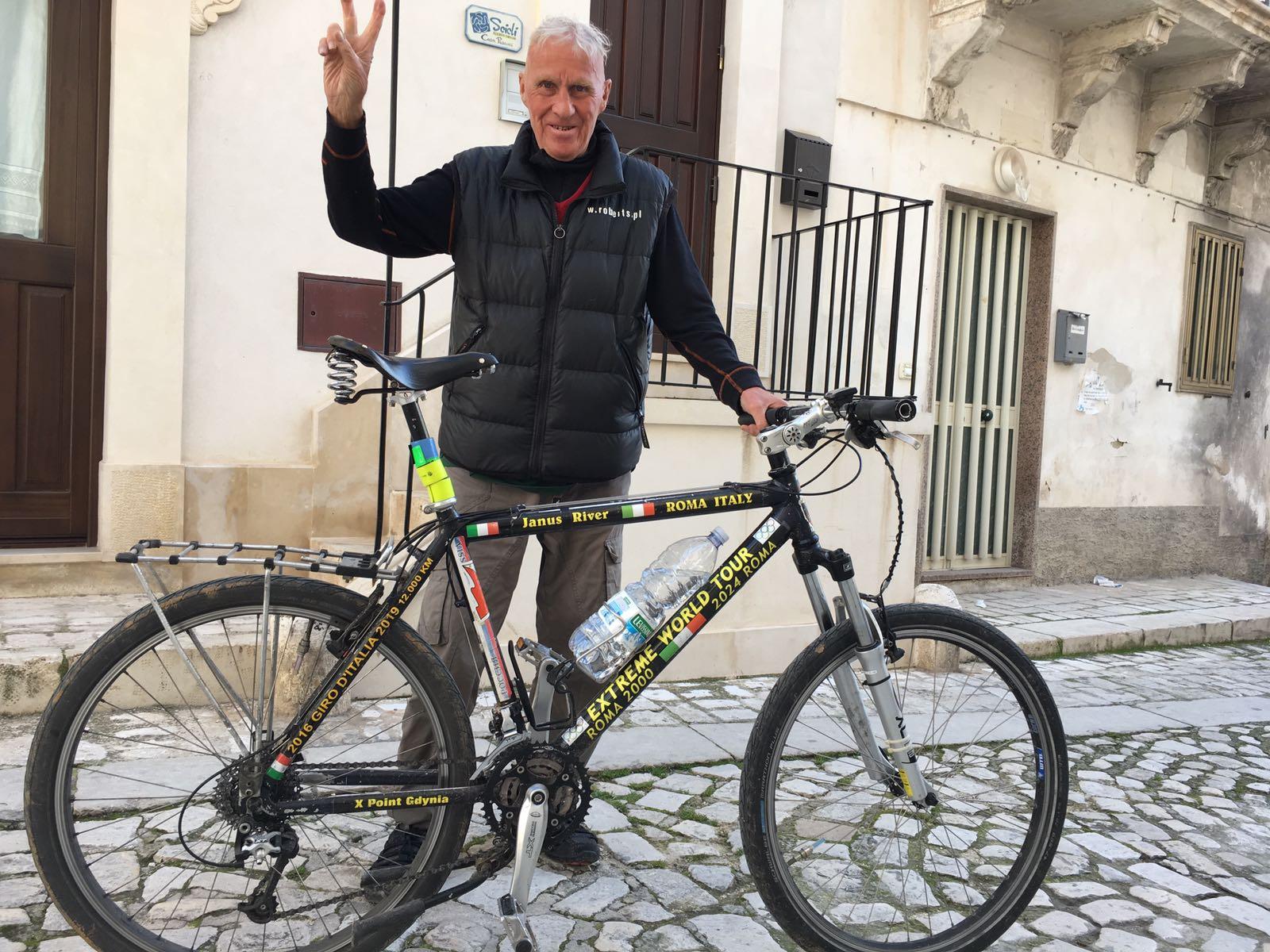 Ottantenne gira il mondo in bicicletta: oggi tappa a Marina di Ragusa