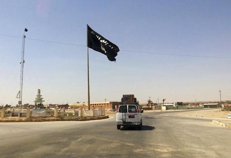 Isis, spunta un nuovo video: pilota siriano bruciato vivo