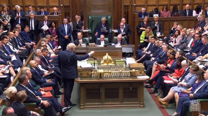 Brexit, la Camera boccia la mozione di Johnson di andare al voto: resta lo stallo