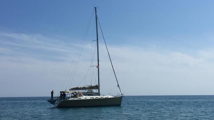 Barca a vela si arena nello Jonio Cosentino: soccorsi trenta migranti