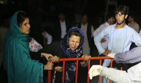 Matrimonio nel sangue a Kabul, Kamikaze si fa esplodere: 63 morti e 182 feriti