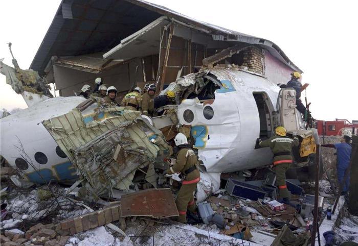 Aereo si schianta contro un edificio in kazakistan: 12 morti e 53 feriti