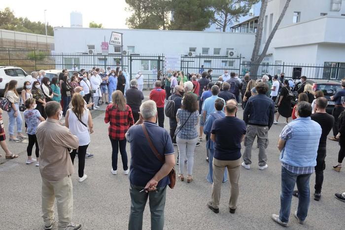 Coronavirus, nel piazzale dell'ospedale di Crotone applausi per medici ed infermieri