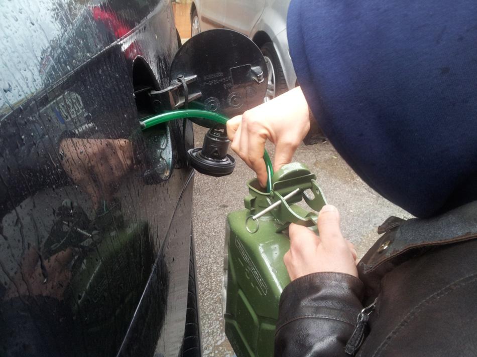 Catania, tenta di rubare carburante da un fuoristrada: arrestato