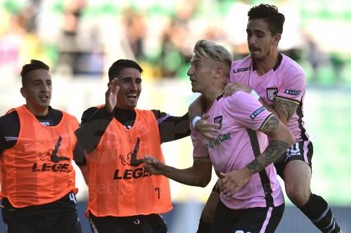 Il Palermo pareggia a Novara (2-2): Tedino colpito da un oggetto