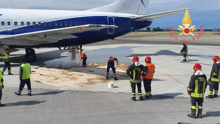 Carburante su pista dell'aeroporto di Lamezia Terme: disagi per i passeggeri per Torino