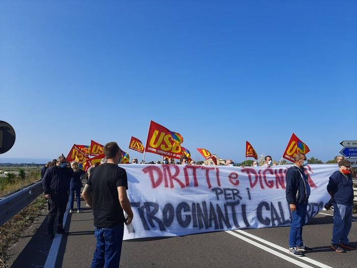 Duecento tirocinanti bloccano per protesta la strada per l'aeroporto di Lamezia Terme