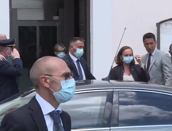 """Migranti, la ministra Lamorgese a Lampedusa: """"L'attenzione è massima"""""""