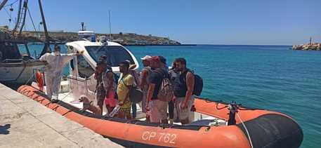 Lampedusa, soccorse tre barche con 128 migranti a bordo