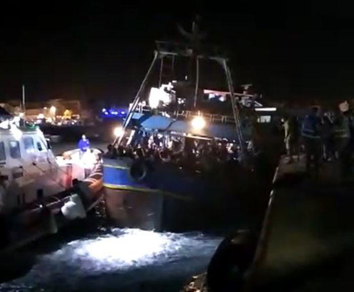Maxisbarco a Lampedusa di 370 migranti, esplode la protesta della Lega