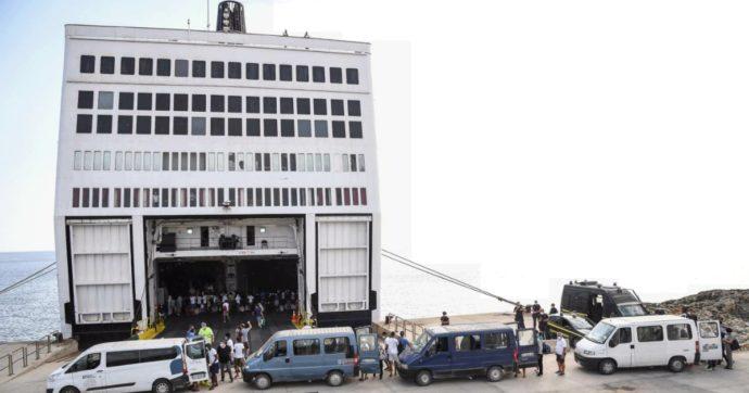 Lampedusa, migranti dell'hotspot trasferiti sulla nave quarantena