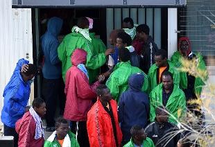 Scoppia incendio al Centro migranti di Lampedusa: non ci sono persone coinvolte