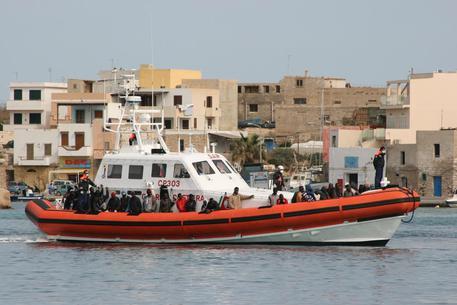 Sessanta migranti arrivati a Lampedusa: c'è una sola donna