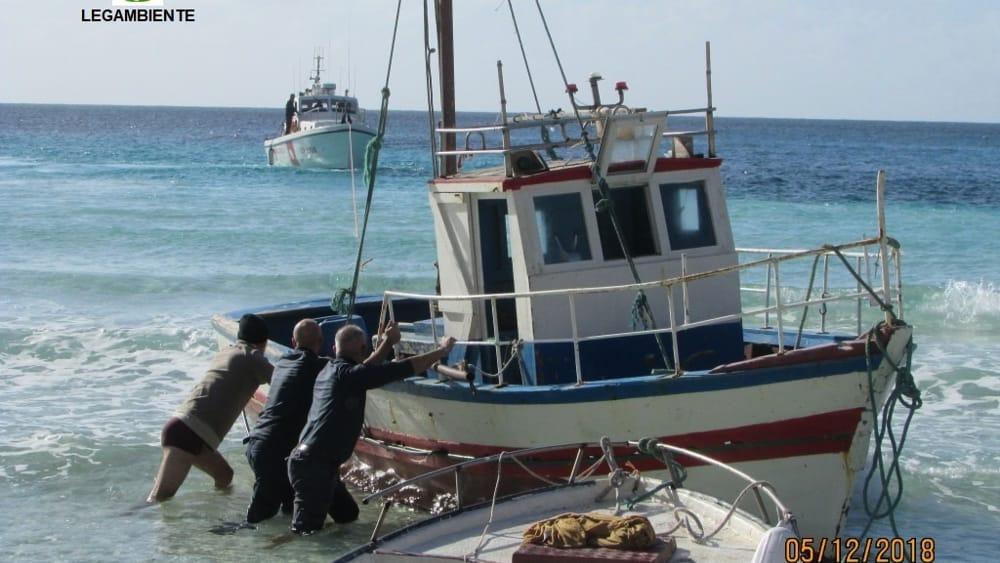 Lampedusa, imbarcazione dei migranti abbandonata: rimossa
