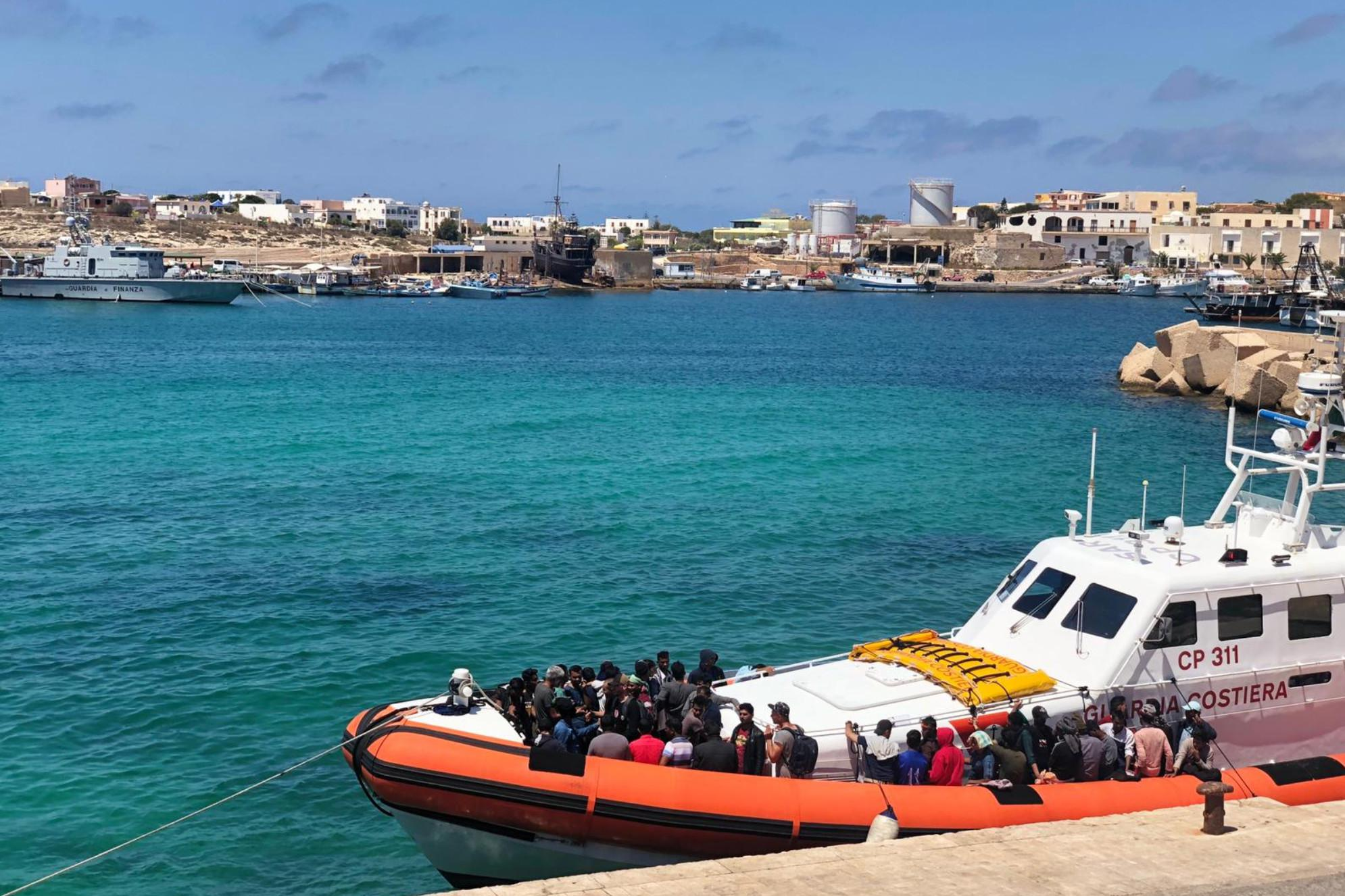 Migranti: in 5 arrivano al molo di Lampedusa, 305 in hotspot