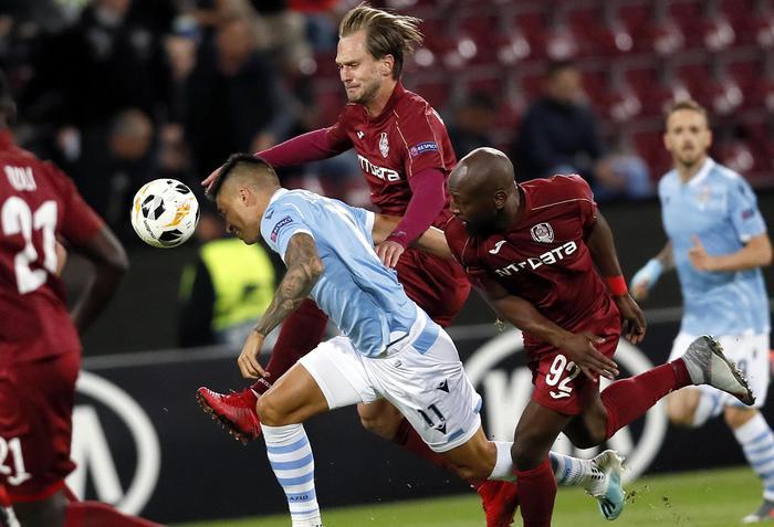 Europa League, la Roma cala il poker ai turchi: Lazio beffata a Cluj in rimonta ( 2 - 1)