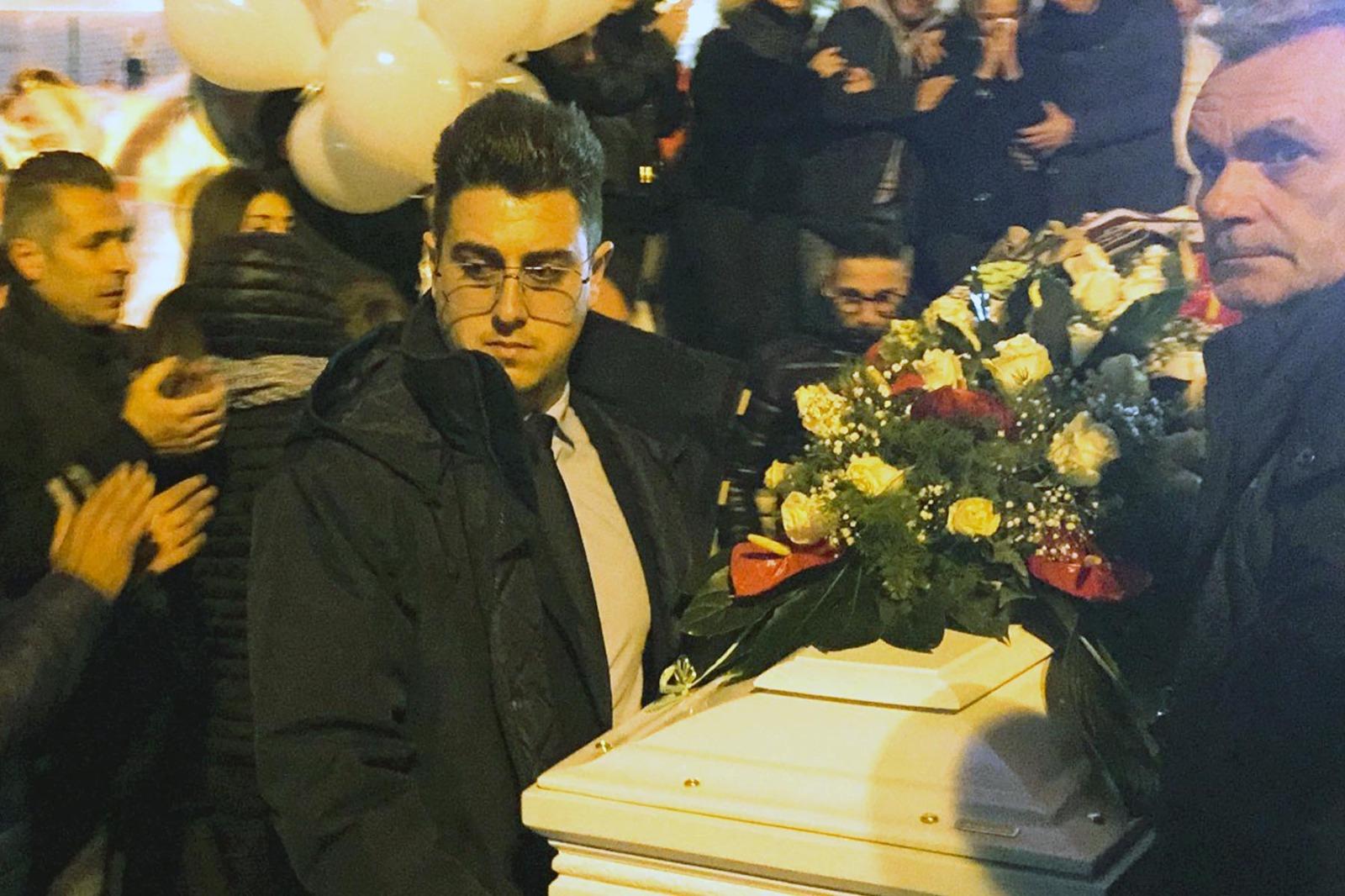 Pianti e dolore a Pachino ai funerali del portiere del Rosolini Calcio