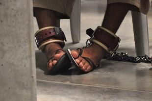 Napoli, figlio con psicosi legato a letto: arrestati i genitori