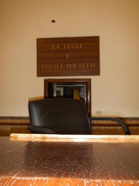 Tenta di aggredire un giudice in aula a Catania, fermato