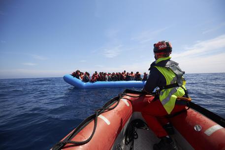 Barcone con migranti a bordo affonda a Lesbo: sei morti