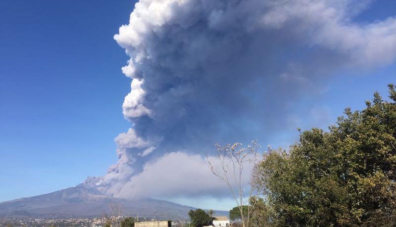 L'Etna erutta alla Vigilia di Natale: nube di cenere