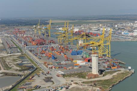 Fiamme su un cargo a largo di Livorno, l'imbarcazione trainata in porto: nessun ferito