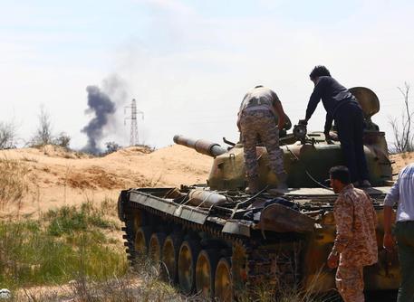 La crisi in Libia, Tripoli sotto assedio: appello Ue per il cessate il fuoco