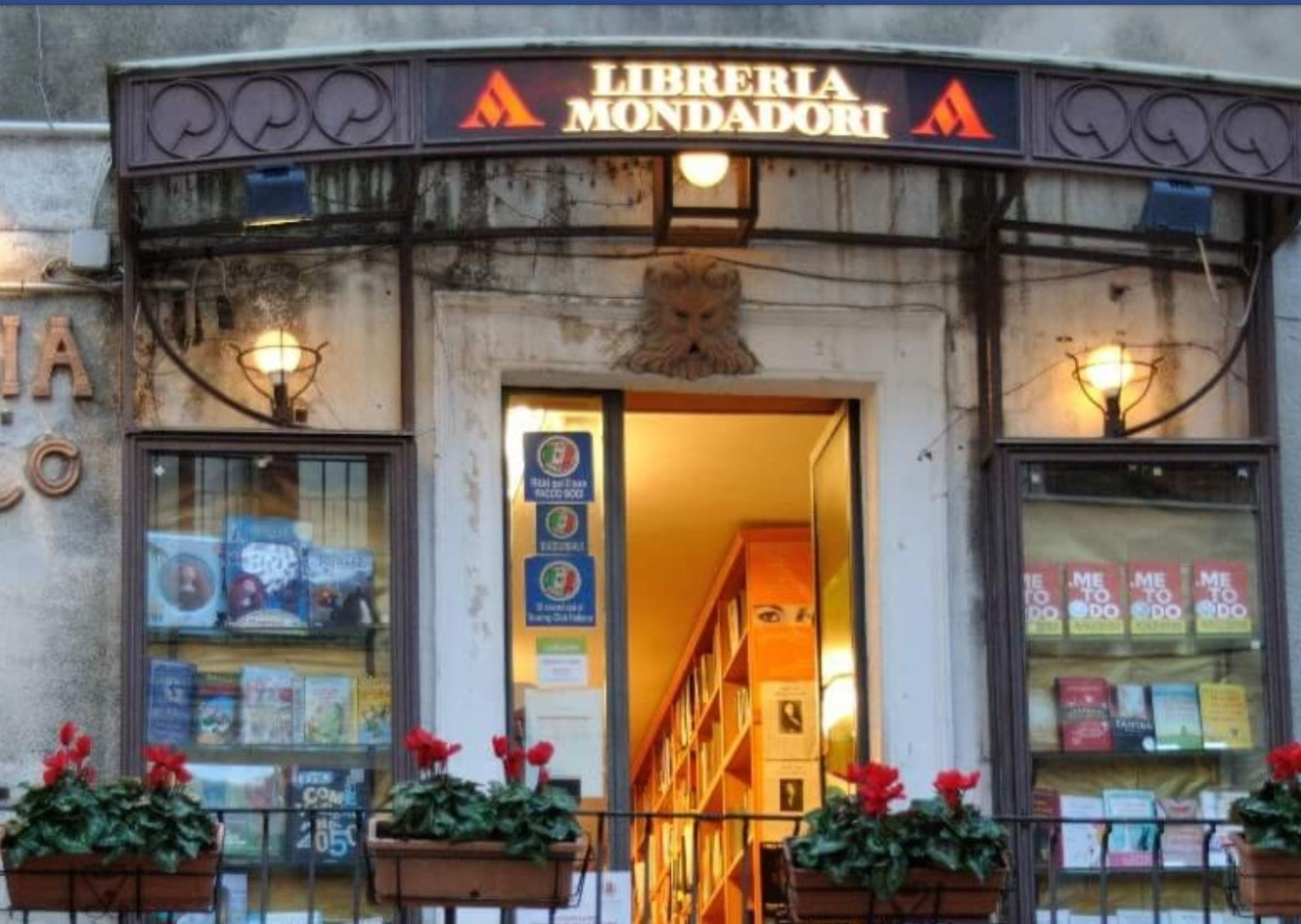 Flash mob per salvare unica libreria di Taormina