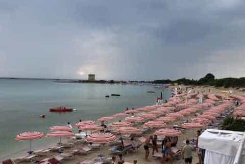 Fulmine cade in spiaggia nel Salento: tredicenne è grave