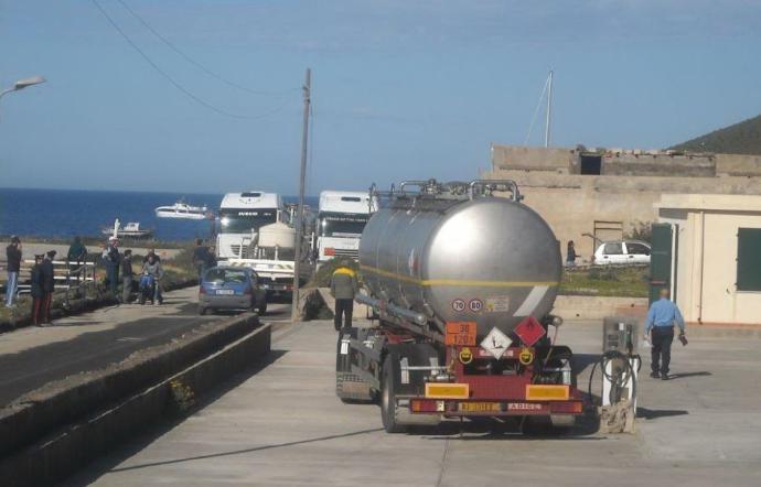 Sindaco di Linosa: il governo ricatta i cittadini, benzina a 2,50 euro il litro