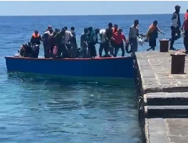 Dall'Africa sbarcano a Linosa 52 migranti:  pure donne