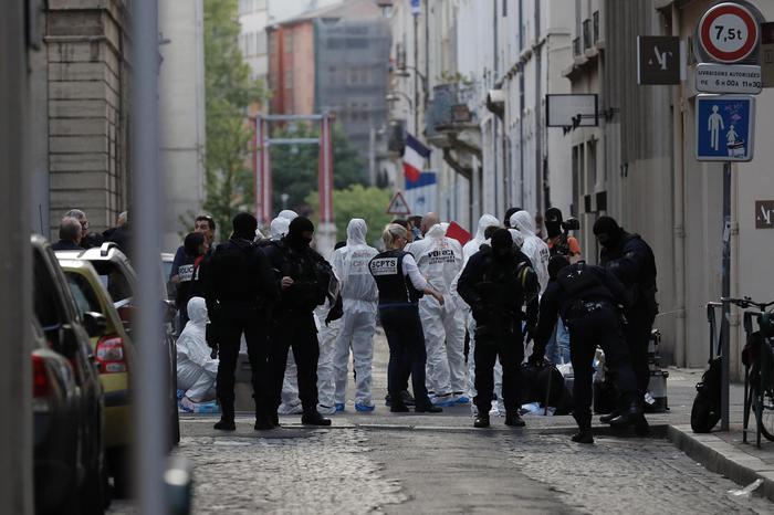 A Lione è caccia all'uomo della borsa esplosiva: una decina i feriti