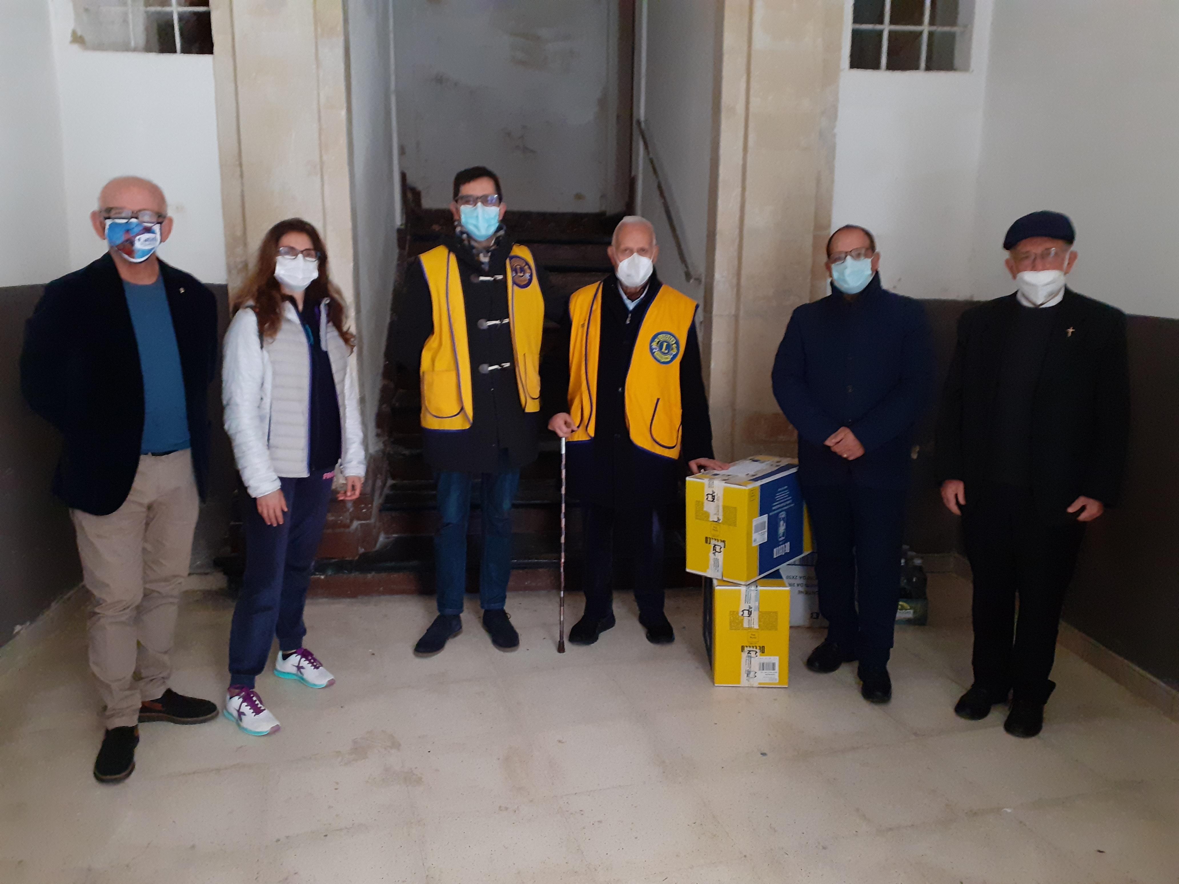 Modica, il Lions Club dona generi alimentari alla parrocchia del Salvatore