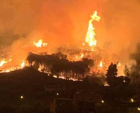Incendio a Lipari, paura tra abitanti e villeggianti per il fuoco vicino le case