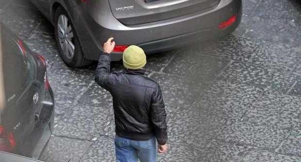 Lite tra parcheggiatori abusivi a Catania, uno preso a sprangate