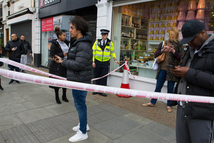 Attacco terroristico alla periferia di Londra, 3 persone accoltellate: la polizia uccide un ventenne