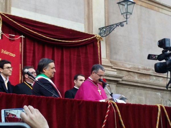Il vescovo di Palermo parla in piazza Pretoria, cita il Papa e si commuove