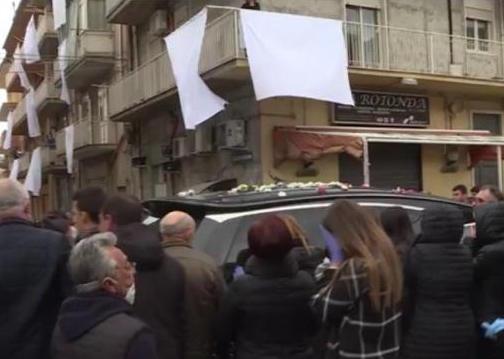 Femminicidio a Furci, troppi ai funerali di Lorena a Favara: c'è un'inchiesta
