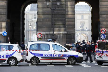 Paura a Parigi, tenta di entrare al Carrousel du Louvre e la polizia gli  spara