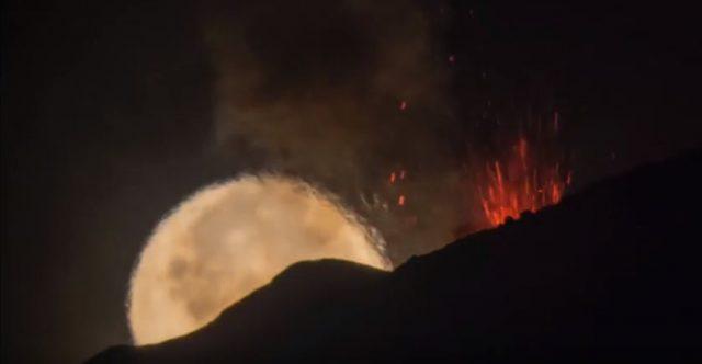 La luna sull'Etna, miraggio: è deformata dalla lava