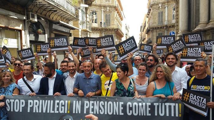 Corteo dei 5Stelle a Palermo: no a pensioni ai deputati all'Ars