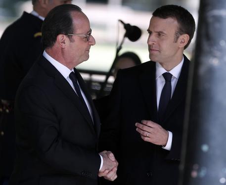 Parigi, Macron all'Eliseo: finita l'era Hollande