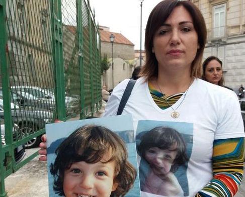 """Napoli, madre della bimba morta di tumore: """"Me l'hanno uccisa"""""""