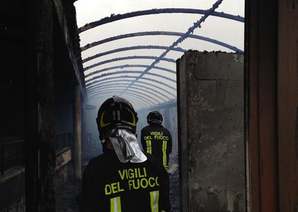 Incendio distrugge la discoteca Malibù a Gela: avviate indagini