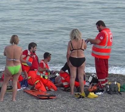 Caldo, accusa un malore in spiaggia: pensionato muore a Cava d'Aliga