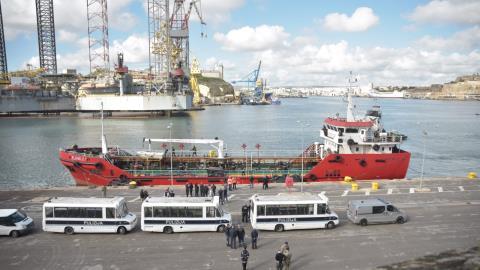 Nel porto di Malta il mercantile con 108 migranti: 5 dirottatori fermati