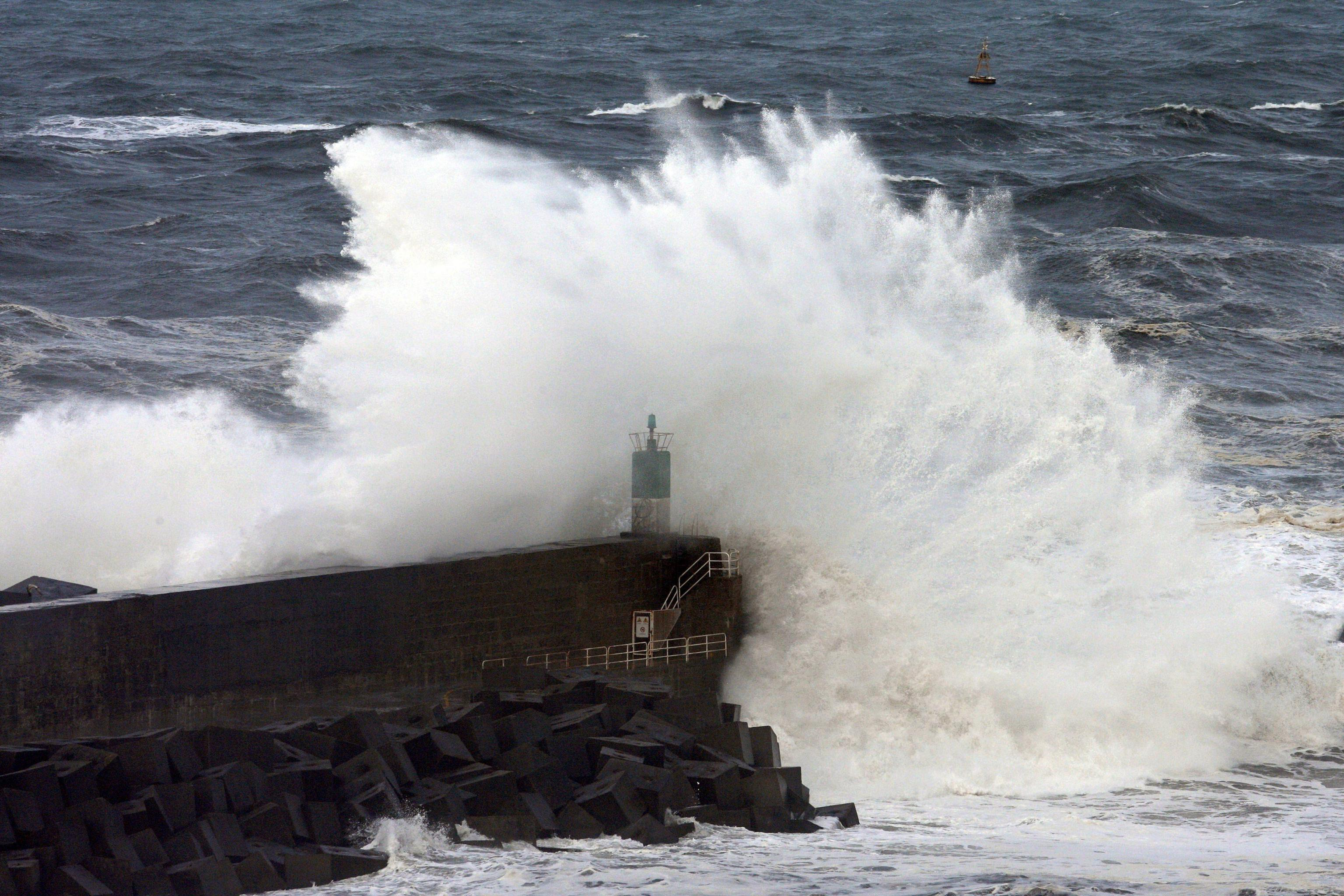 Mare molto mosso e forte vento: isolato arcipelago eoliano