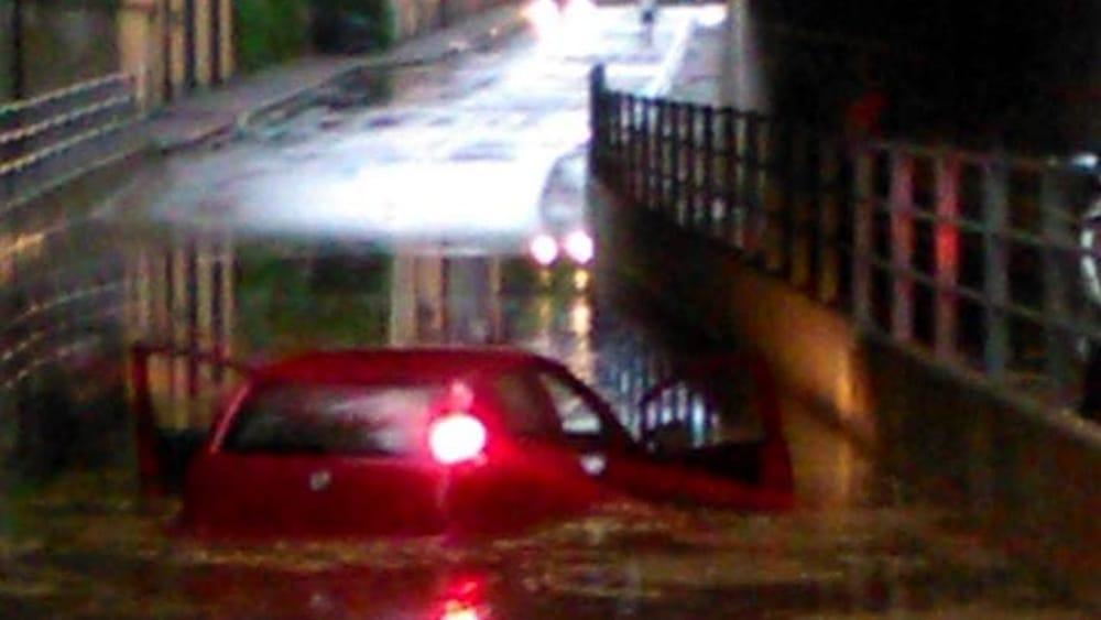 Maltempo a Torino: auto intrappolata in un sottopasso