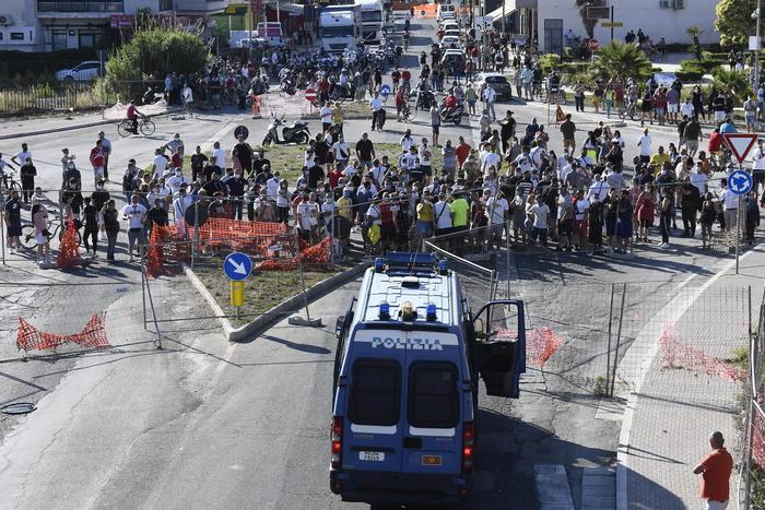 Focolaio Covid, tensione a Mandragone: bruciato un furgone di un bulgaro